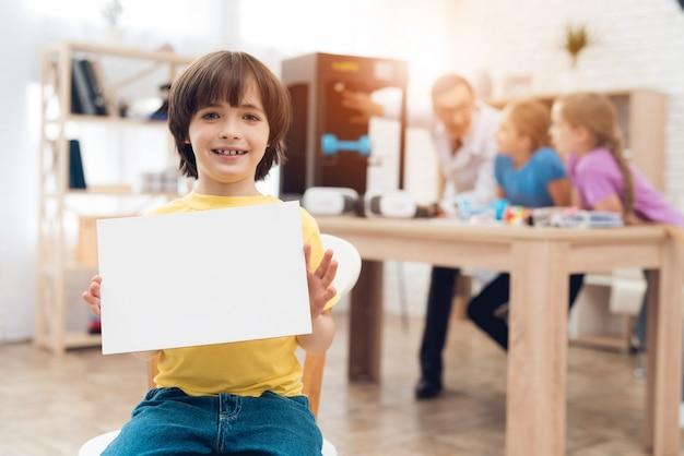 Kinderen drukken verschillende items op 3d-printer met een leraar.