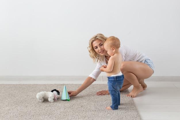 Kinderen en alleenstaande ouder concept moeder speelt met haar baby
