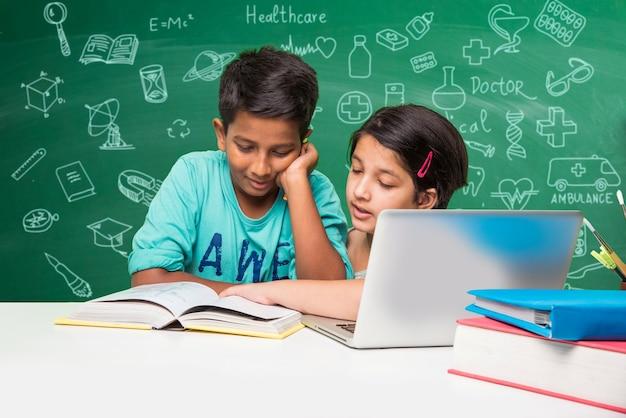 Kinderen en wetenschap concept - schattige indiase kleine jongen student of wetenschapper die wetenschap bestudeert of experimenteert met microscoop en chemicaliën met diagrammen doodles getekend over groen schoolbord