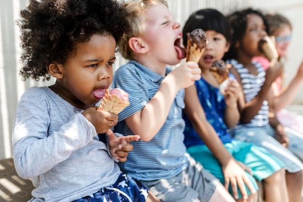 Kinderen eten ijs in de zomer