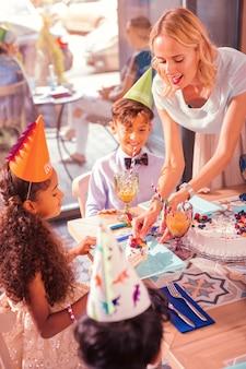 Kinderen eten taart op een verjaardagsfeestje