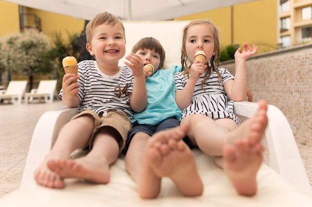 Kinderen eten van ijs