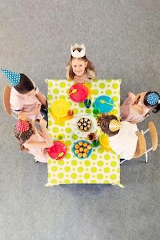 Kinderen feest aan de gekleurde tafel