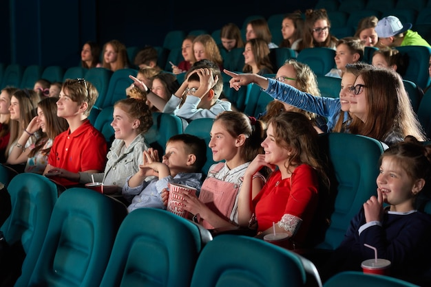 Kinderen films kijken in de bioscoop