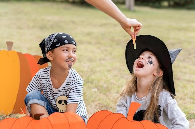 Kinderen gekostumeerd voor halloween