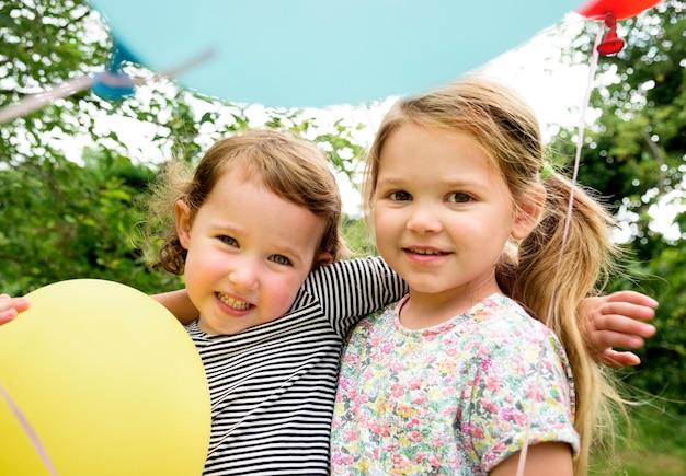Kinderen genieten van het feest in de tuin