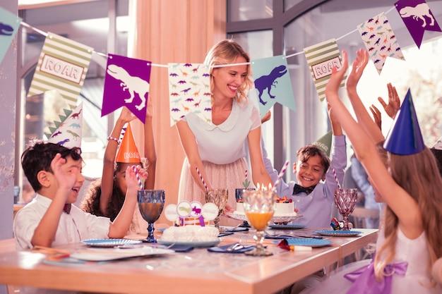 Kinderen genieten van verjaardagsfeestje samen