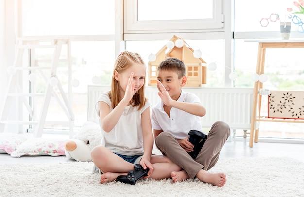 Kinderen geven high five tijdens het gamen