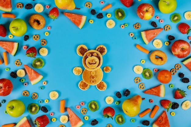 Kinderen gezond eten concept. groenten en fruit met pannenkoeken.
