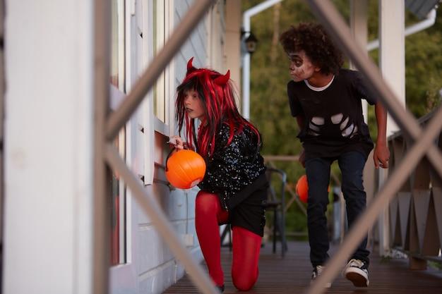 Kinderen gluren naar windows op halloween