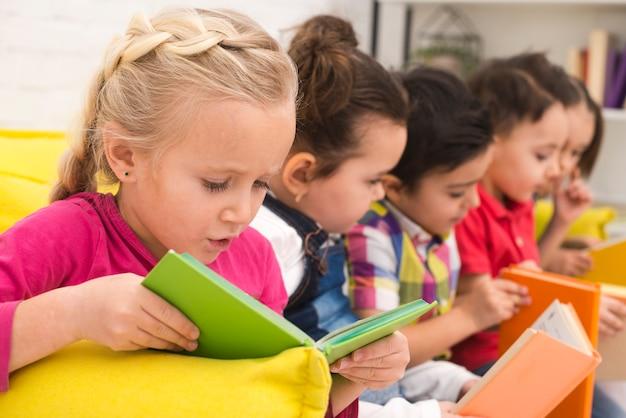 Kinderen groep boeken lezen