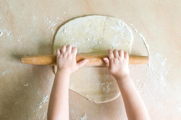 Kinderen handen gerold deeg