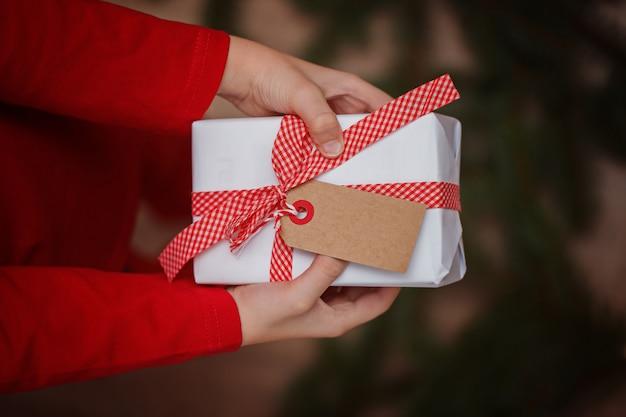 Kinderen handen met gift christmas box.