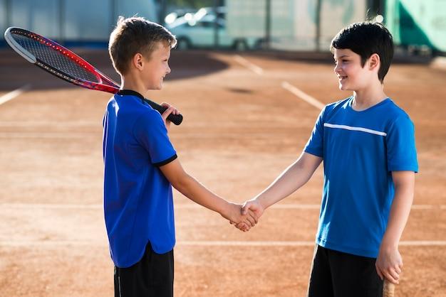 Kinderen handen schudden voor de wedstrijd