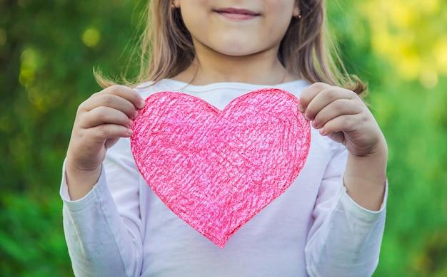 Kinderen hebben een hart in hun handen. selectieve aandacht.