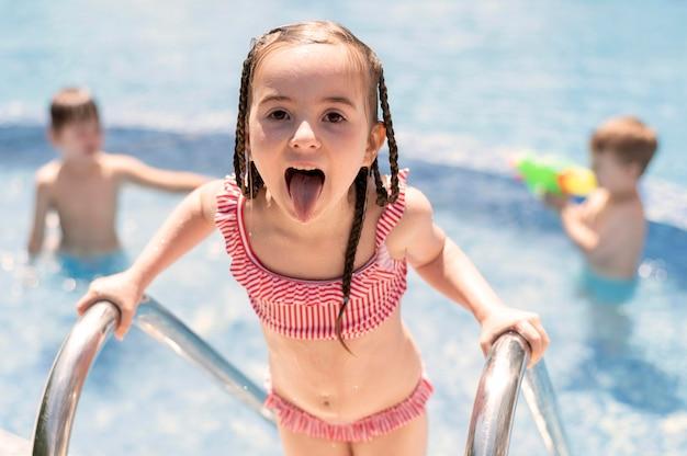 Kinderen hebben plezier bij het zwembad