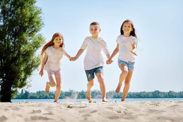 Kinderen hebben plezier door te spelen met gekleurd poeder