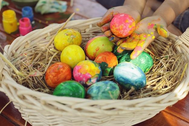 Kinderen hebben plezier met het kleuren van de eieren voor pasen.