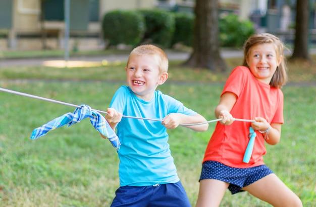 Kinderen hebben plezier met het spelen van de touwworp