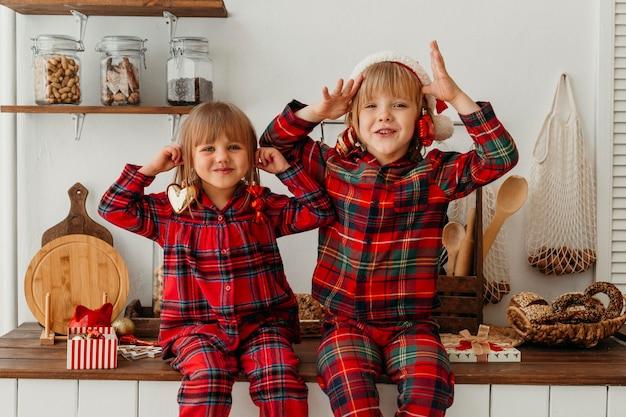 Kinderen hebben plezier met kerstmis