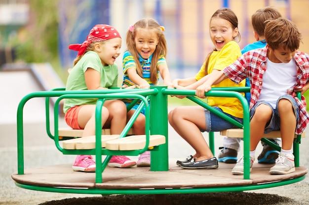 Kinderen hebben plezier op carrousel