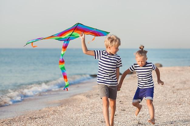 Kinderen hebben plezier op het strand