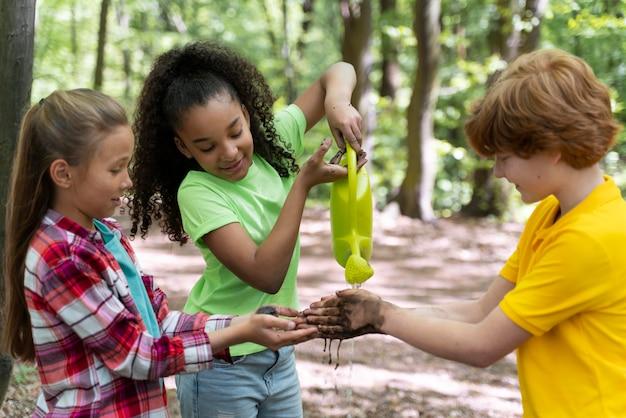 Kinderen hebben vieze handen na het planten