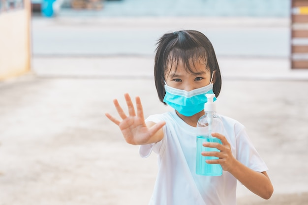 Kinderen houden van alcohol gel en hand stop tonen