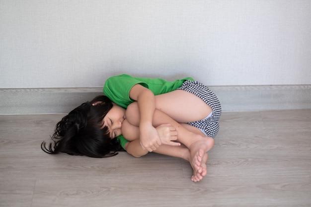 Kinderen huilen, klein meisje verdrietig, kind ongelukkig