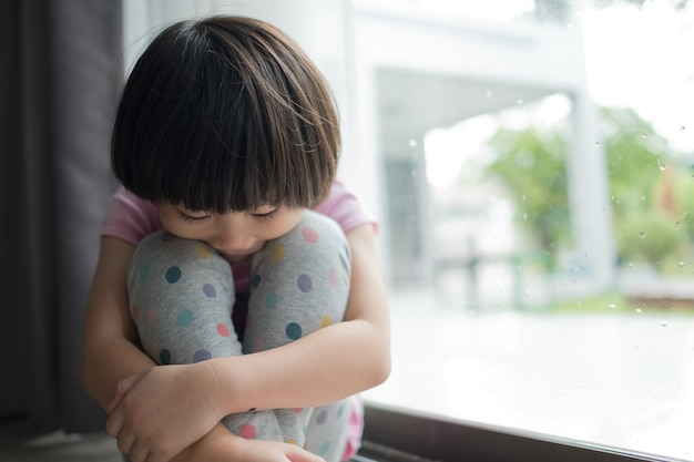 Kinderen huilen klein meisje verdrietig