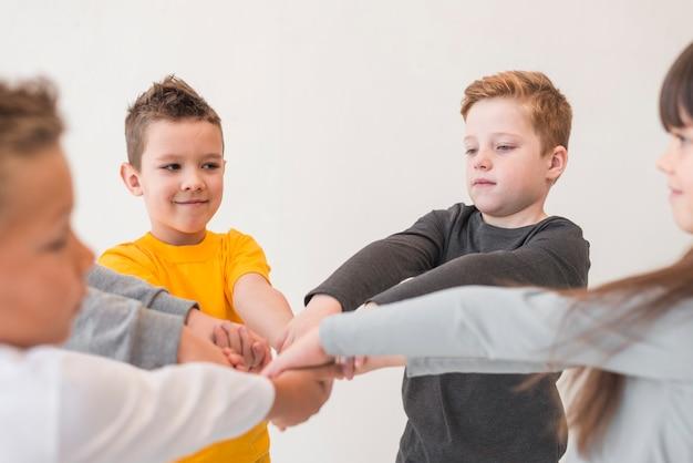 Kinderen hun handen samenstellen