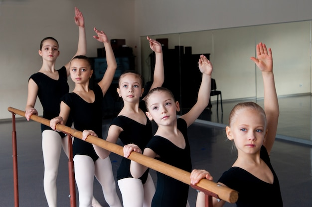 Kinderen in ballet dance class.