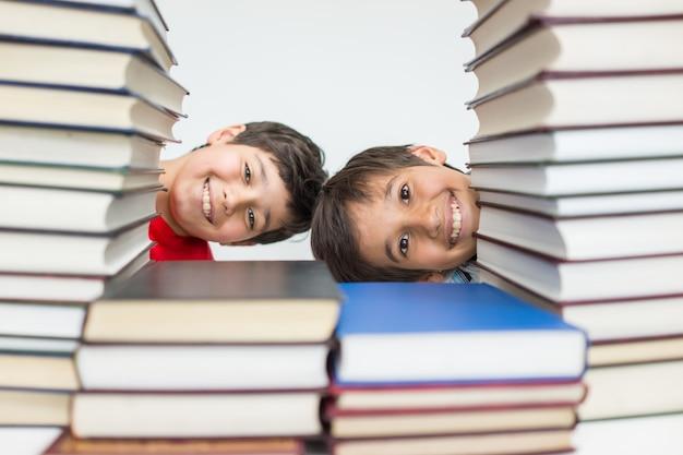 Kinderen in bibliotheek met boeken