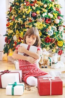 Kinderen in de buurt van de kerstboom. selectieve aandacht.