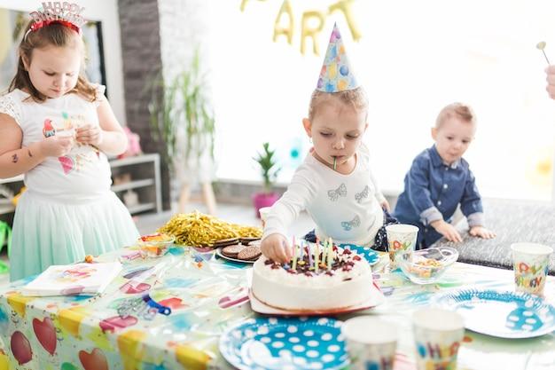 Kinderen in de buurt van tafel met traktaties