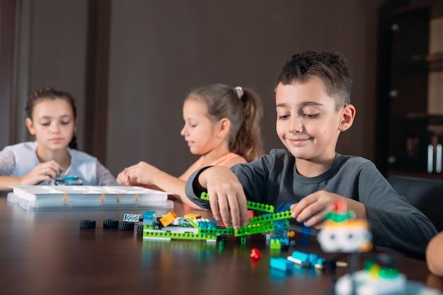 Kinderen in de klas verzamelen een figuur van de ontwerper.