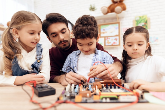 Kinderen in de kleuterklas leren solderen