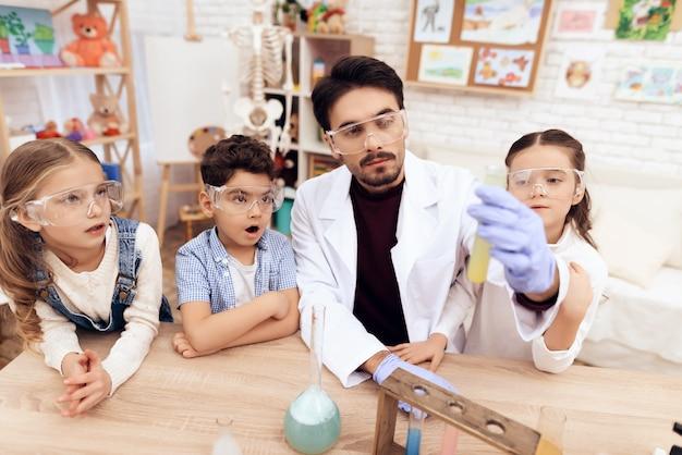 Kinderen in de kleuterklas studeren samen chemie