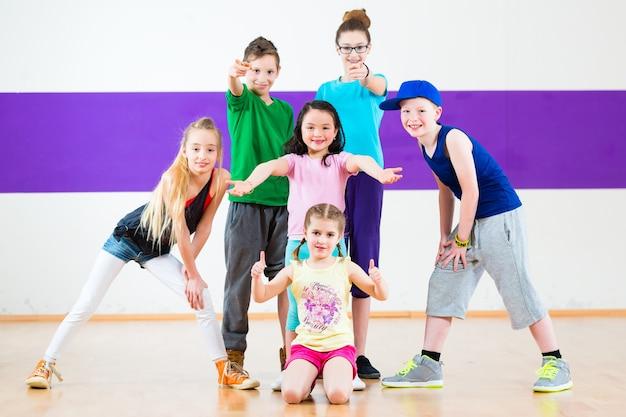 Kinderen in de zumba-klas dansen moderne groepschoreografie