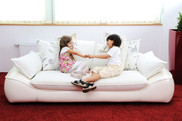 Kinderen in een nieuw huis met modern meubilair