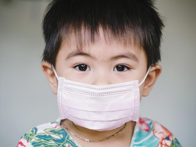 Kinderen in gezichtsmasker. kind draagt gezichtsmasker tijdens coronavirus en griepuitbraak. bescherming tegen virussen en ziekten