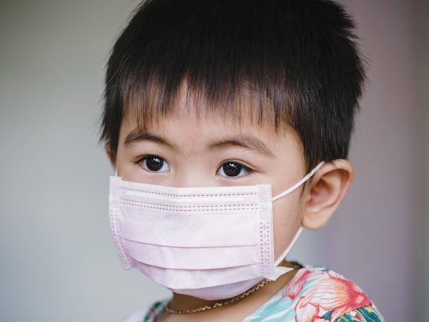 Kinderen in gezichtsmasker. kind draagt gezichtsmasker tijdens uitbraak van coronavirus en griep. bescherming tegen virussen en ziekten