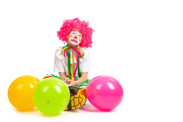 Kinderen in kleurrijke clownoutfits geïsoleerd op een witte achtergrond