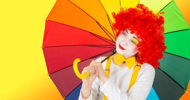 Kinderen in kleurrijke clownsoutfits geïsoleerd op een witte achtergrond