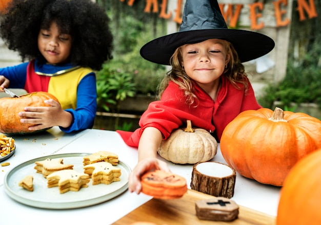 Kinderen in kostuum genieten van halloween-seizoen