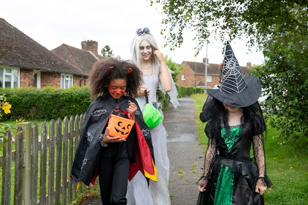 Kinderen in kostuums gaan trick or treat