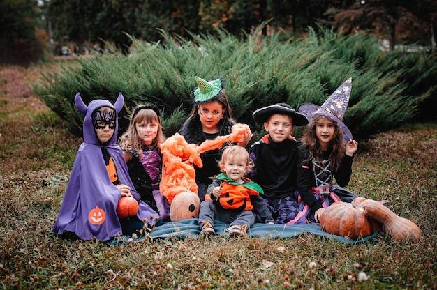 Kinderen in kostuums van halloween