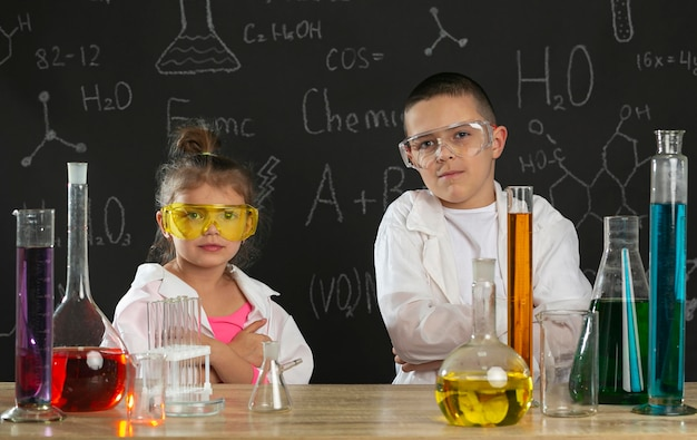 Kinderen in laboratorium experimenten doen