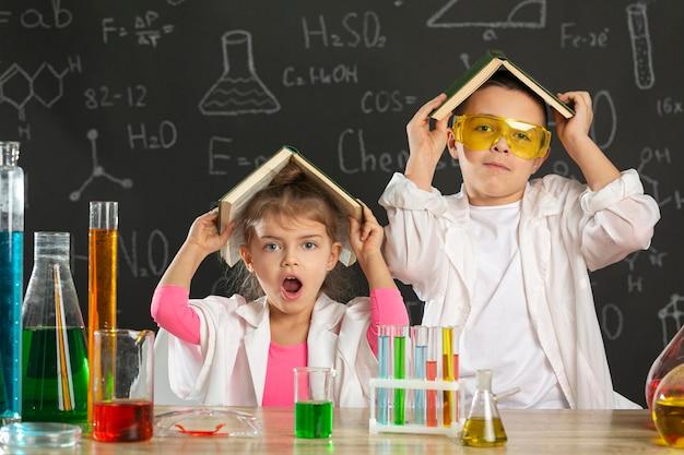 Kinderen in laboratorium met boek