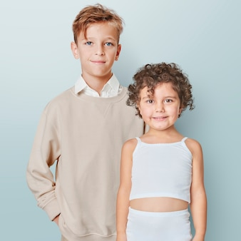 Kinderen in minimale zomeroutfits